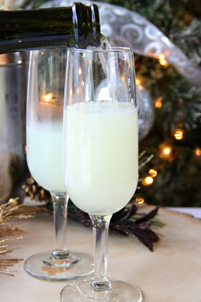 French 75 Champagne Cocktail - An elegant champagne cocktail with history that goes back to WWI. A perfect drink for parties and celebrations, especially New Year's Eve!
