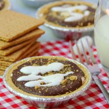 No-Bake S'mores Tarts - A delicious spin on the traditional s'more. These 5-ingredient mini pies are filled with marshmallow creme, chocolate and peanut butter. The perfect end to a summer BBQ!