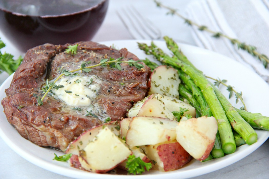 Filet mignon with potatoes and asparagus